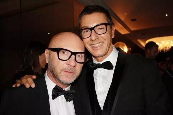 57e1dfed292 创立于1985年的D&G ,名字取自两位创始人Domenico Dolce和Stefano  Gabbana的姓氏,两人曾是一对同性情侣,2005年分手后仍保持商业上的紧密合作。
